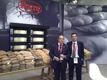 Sr J.R. Ferré, Presidente de Ferré & Consulting Group,  y el Sr Diego Pinilla, Director Comercial de Ferré & Consulting Group, en un stand de la Compañía Harry, la cual hacía una gran presentación de panes rústicos y productos saludables enriquecidos con semillas, cereales y harinas con un gran contenido de gluten.