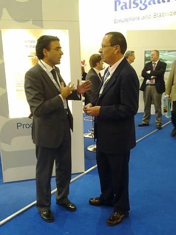Sr. Pinilla, Director Comercial de Ferré & Consulting Group (dcha) negociando en el stand de Palsgaard con el Sr. Miguel Hidalgo (izda), Manager Director de Mexico & Latinoamérica.