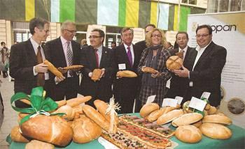 El alcalde de Lleida, en el centro junto a Lorenzo Alonso, viendo los panes que se expusieron en la inauguración oficial del centro de Innopan