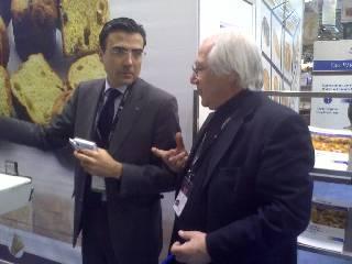 Sr. Pinilla, Director Comercial de Ferré & Consulting, haciendo business con el Doctor P.H. (Italy) sobre formulaciones y procesos del Panettone y Pandoro