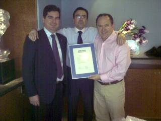 Sr. Pinilla recogiendo un reconocimineto profesional por parte de Tecfood. Izq, Sr. J.Martínez, Dtor de T.F., y Dcha Sr. J. Puigcerver, Presidente de la misma