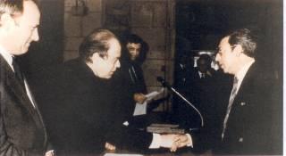 El Sr Jordi Pujol Ex-Presidente de la Generalitat entregando a Julio Vilaplana el Diploma al Mérito Turístico de la Generalitat en 1986. La primera vez que se concedía a una empresa helade