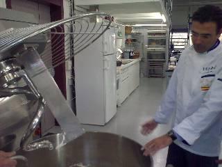 Sr. Pinilla, Director-Consultor de Ferré & Consulting, haciendo pruebas de panificación en pan de molde con el System Vacuum Baker