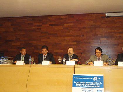 De izquierda a derecha, el Sr. Javier Rodríquez, de la empresa Quick Chef, el Sr. Javier Martínez, de Tecfood (moderador), el Sr. Carlos Rocha, de R5G y el Sr. Pere Taberner, de Manitowoc, durante una de las conferencias de las Jornadas Profesionales de ANTA. En dicha conferencia también participó el Sr. Xavier Torrents, de Areas
