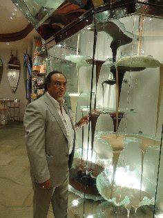 El Dr. Ing. José R. Ferré, Presidente de Ferré & Consulting Group, observando una fuente de chocolate con sus diferentes texturas y densidades.
