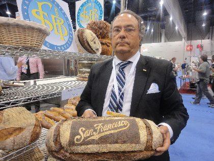 El Dr. Ing. José R. Ferré, Presidente de Ferré & Consulting Group, exhibiendo uno de los panes rústicos que se fabrican y comercializan en la ciudad de San Francisco (USA)