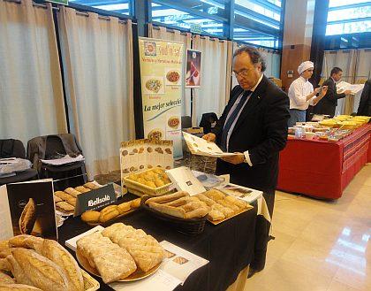 Sr. José R. Ferré (Director General de Ferré & Consulting Group) observando los productos que presentaba la compañía Bellsolà.