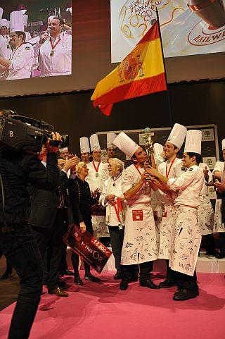 El equipo Español celebrando el trofeo