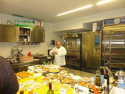 El Técnico-Demostrador Sr. Jordi Bernis, Chef-Consultor de Ferré & Consulting Group, en el momento de empezar la presentación y test de la nueva línea Kreamfill, de Tecfood