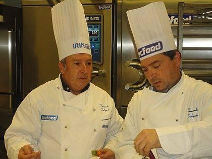 El Profesor-Chef-Consultor Sr. Jordi Bernis, de la compañía Ferré & Consulting Group (izda) junto al técnico-demostrador Sr. Fernando Salgado, en un momento de la presentación de Kreamfill.