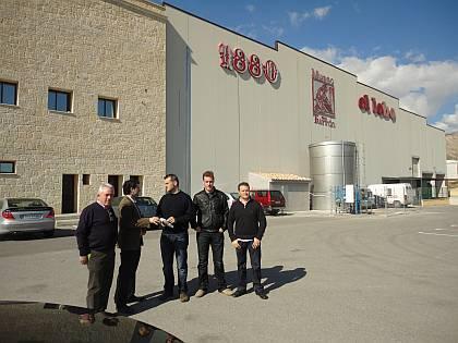 Don Josep Mª Moix, de Ferré & Consulting Group (izda), junto a Don Andrés Cortijos, Director de producción y mantenimiento de Turrones El Lobo 1880 y los Sres. Polo, de la empresa Fartons Polo (dcha).