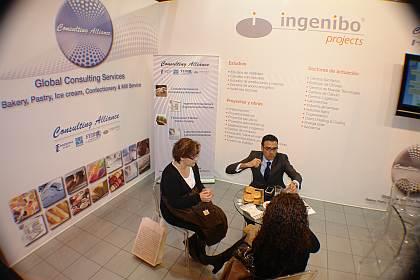 El Sr. Diego Pinilla, Director Comercial de Ferré & Consulting Group (Consulting Alliance Holding) explicando la tecnología del pan de hamburguesas a unos visitantes del stand de Consulting Alliance Holding, en Intersicop 2011, Ifema.