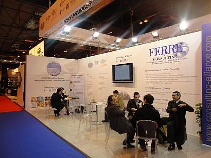 El Sr. Javier Llavina, Director I+D de Bimbo (Grupo Sara Lee), junto a otros miembros de Bimbo (Grupo Sara Lee) y el Sr. José R. Ferré, Presidente de Ferré & Consulting Group (Consulting Alliance Holding). Al fondo, el Sr. Pablo Campos, General Manager de Azteca Foods Europe, S.A., junto al Sr. Juan Ruiz, Gerente de Cuentas-Ingeniero Industrial de Asesoría I+D+I (Consulting Alliance Holding).