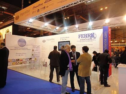El Sr. Antonio Pucci, tecnólogo y consultor, en Italia, de Ferré & Consulting Group (Consulting Alliance Holding) (izda), junto al Sr. Juan Ruiz, Gerente de Cuentas-Ingeniero Industrial de Asesoría I+D+I (Consulting Alliance Holding) (centro) y al Sr. Mauricio Celona, Project Manager de Ferré & Consulting Group (Consulting Alliance Holding) (dcha) conversando delante del stand.