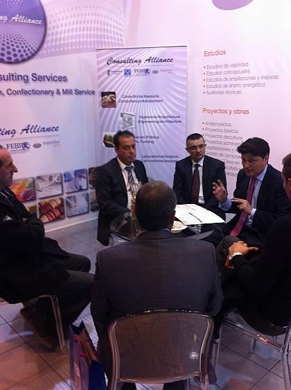 oEl Sr. Harry Alfonso, Subdirector General de Los Compadres, junto con su equipo, conversa con el Sr. Juan Ruiz, Gerente de Cuentas-Ingeniero Industrial de Asesoría I+D+I (Consulting Alliance Holding).