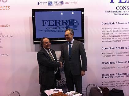 oEl Sr. José R. Ferré, Presidente de Ferré & Consulting Group (Consulting Alliance Holding) (izda) junto al Sr. Víctor Tarruella, Director General de I+D+I (Consulting Alliance Holding) y Consejero Delegado de Euro-Funding Advisory Group,  en el stand de Consulting Alliance Holding