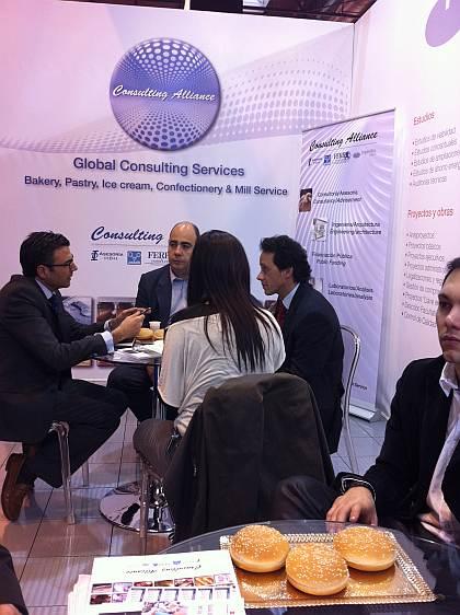 El Sr. Pablo Garrido, Managing Director de Fresh Start Bakeries España S.L. (centro), junto al Sr. Luis Miguel Dias, colaborador de Ferré & Consulting Group, en Portugal (Consulting Alliance Holding) (dcha), conversando con el Sr. Diego Pinilla (izda), Director Comercial de Ferré & Consulting Group (Consulting Alliance Holding) en el stand Intersicop 2011, de Ifema