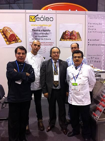 El Sr. José R. Ferré, Presidente de Ferré & Consulting Group (Consulting Alliance Holding) (centro) con el equipo de la escuela Veóleo.