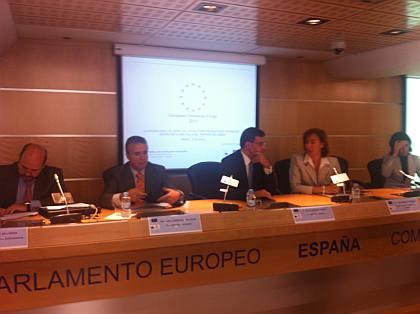 Momentos de una de las mesas parlamentarias en el Forum, integrada, entre otros, por (de izquierda a derecha): el Sr. Emilio de la Guardia, Banco Europeo de Inversiones (izda), el Sr. Salvador Garriga, Parlamento Europeo y el Sr. Antonio Quero,  de la Comisión Europea.