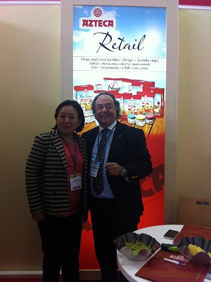 La Sra. Wenddy Alva, Responsable de Ventas de Azteca Foods Europe, S.A. junto al Sr. José R. Ferré, Presidente de Ferré & Consulting Group, en el stand de Azteca Foods Europe, S.A.