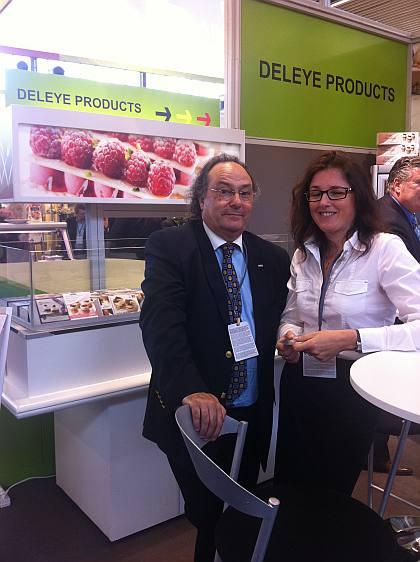 La Sra. Els Bruneel, Sales de la empresa Deleye Products durante su encuentro con el Sr. José R. Ferré, Presidente de Ferré & Consulting Group, en la Feria PLMA.