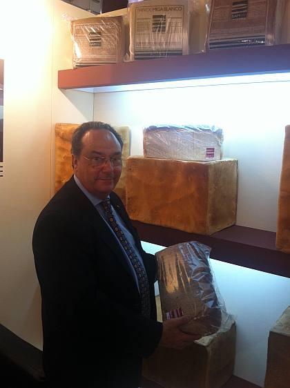 """El Sr. José R. Ferré, Presidente de Ferré & Consulting Group """"Consulting Alliance Holding"""" observando los panes especiales de pan de molde elaborados en Argentina."""