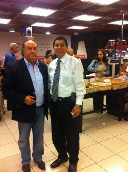 D. Julio Tolentino, Jefe de División de Tiendas Panadería-Pastelería de Supermercados Wong (dcha) junto a D. José R. Ferré, CEO de Ferré & Consulting Group (Consulting Alliance Holding), durante su visita a uno de los establecimientos de Supermercados Wong.