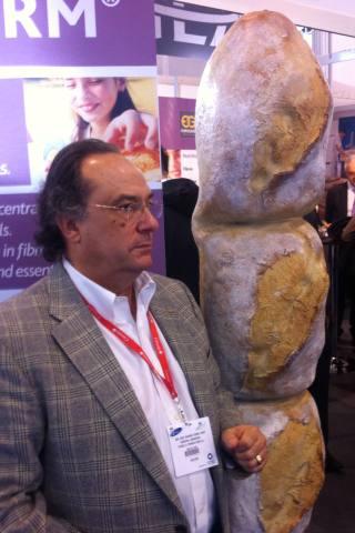 D. José R. Ferré, CEO de Ferré & Consulting Group (Consulting Alliance Holding) visitando uno de los stands de Fi & Ni 2011.
