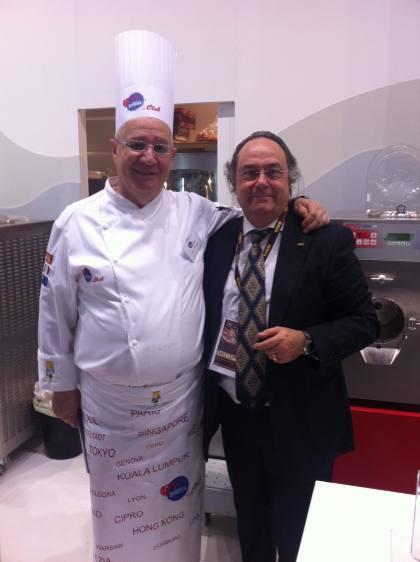 El Dr. Danilo Freguja, profesor de Pastelería y Heladería (izqda) junto al Sr. José R. Ferré, CEO de Ferré & Consulting Group-Consulting Alliance Holding en la entrada a SIGEP, en Rimini (Italia).
