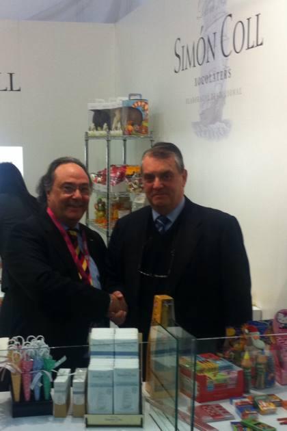 D. José R. Ferré, CEO de Ferré & Consulting Group (Consulting Alliance Holding) (izda) junto a D. Javier Coll, gerente de la empresa Simón Coll, (dcha), en el stand de dicha compañía chocolatera, en la Feria ISM, Colonia (Alemania).
