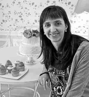 Victoria Ballesta junto a algunas de sus dulces creaciones