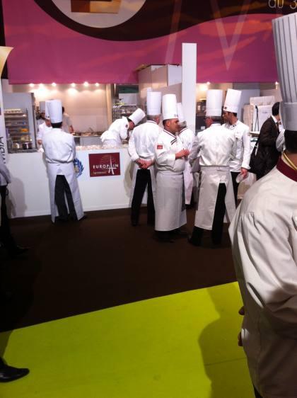 Dos de los momentos en que transcurría el Mundial de las Artes del Azúcar en que los miembros del jurado observan y realizan un cambio de impresiones sobre las actuaciones de los participantes.