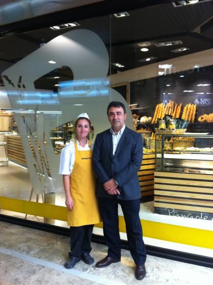 Sra. Cristina Minguez, de Boutique Banneton (izda), junto con el Sr. D. Julio Ramírez, Director Técnico-Comercial de Ferré & Consulting Group