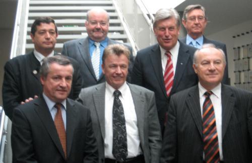 El Presidium de la UIB: Abajo, de izq. a dcha: Christian Vabret (FRA), Kaspar Sutter (CHE), Boldizsár Ilonka (HUN);arriba, de izq. a dcha: José María Fdez. del Vallado (Secretario General de la UIB), Henri Wagener (LUX), Peter Becker (Presidente de la UIB), Lorenzo Alonso (ESP). Roberto Núñez (CIPAN) no está en la foto.