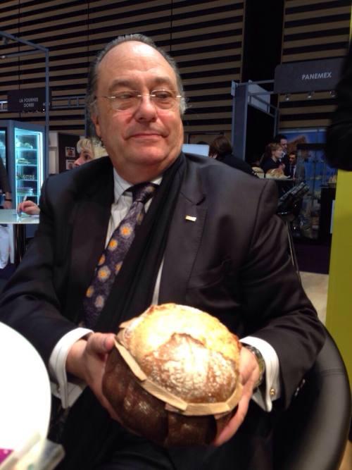 Sr. José R. Ferré Presidente de Ferré & Consulting Group observando soporte para pan rústico