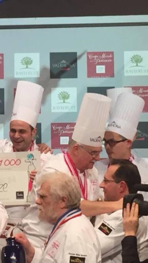 Momento de entrega de premios, podemos ver al Maestro Gabriel Paillasson Presidente y Fundador de la Copa del Mundo de Pastelería