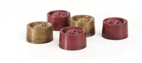 Chocolates decorados directamente con pigmentos perlados dorado y rojo.