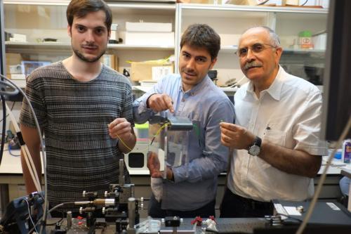 De izquierda a derecha: Javier Martínez, Airán Ródenas y Francesc Díaz, en el laboratorio donde han diseñado el nuevo sensor.