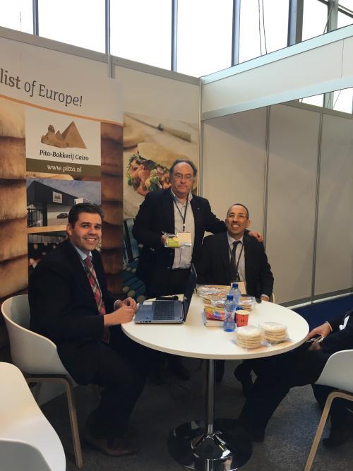 Izquierda Sr. Bakkerij Cairo - Pita, Sr. José R. Ferré - CEO FERRÉ CONSULTING & ASSOCIATES USA y derecha el Sr. Awny Youssef - Managing Director de Ruud Salari