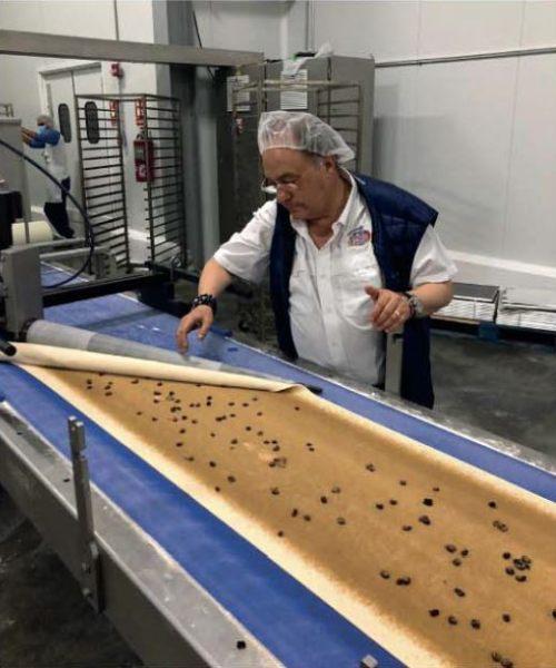 Sr. José Ramón Ferré revisando una linea de producción